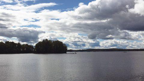 Utsikt över sjön Bolmen och en flytande forskningsplattform.